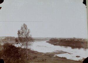 Вид на реку Западная Двина и дома на берегу реки.