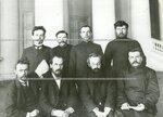 Группа членов 3-й комиссии третьего отдела по проверке полномочий депутатов  Второй Государственной думы в Колонном зале Таврического дворца.