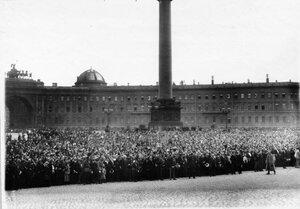 Толпы монархистов на Дворцовой площади в ожидании чтения манифеста об объявлении войны  Германии.
