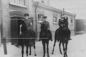 Группа офицеров перед конскими состязаниями.