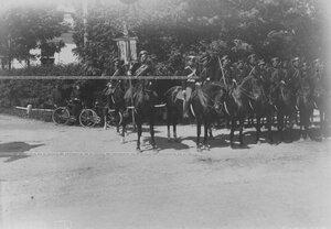 Группа конных кирасир со штандартами у парка.