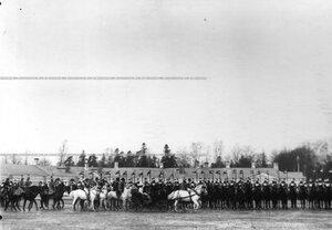 Члены императорской фамилии, объезжающие строй полка.