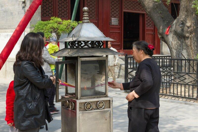 Верующие зажигают палочки, храм Белого облака, Пекин