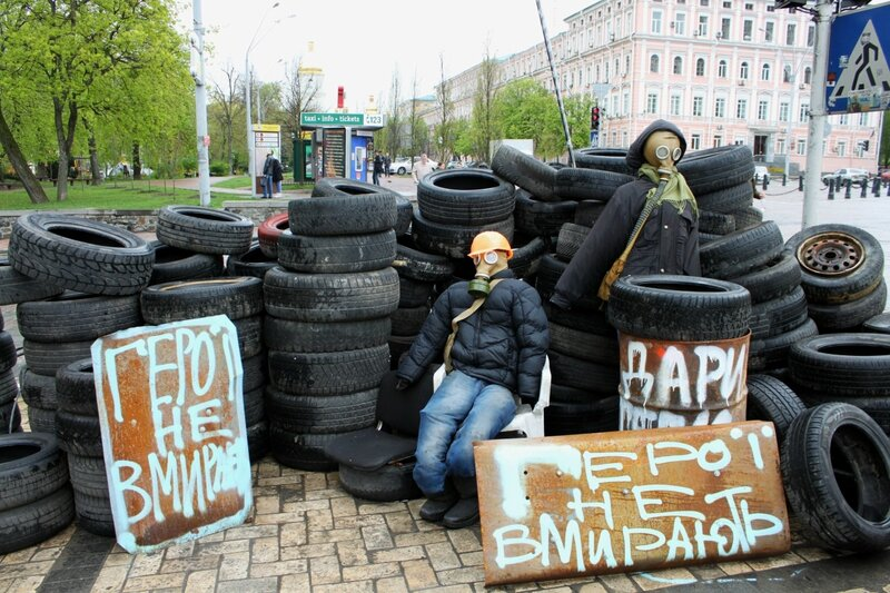 Революционная инсталляция на Михайловской площади