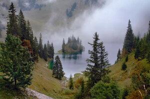 островок-кораблик парит в тумане