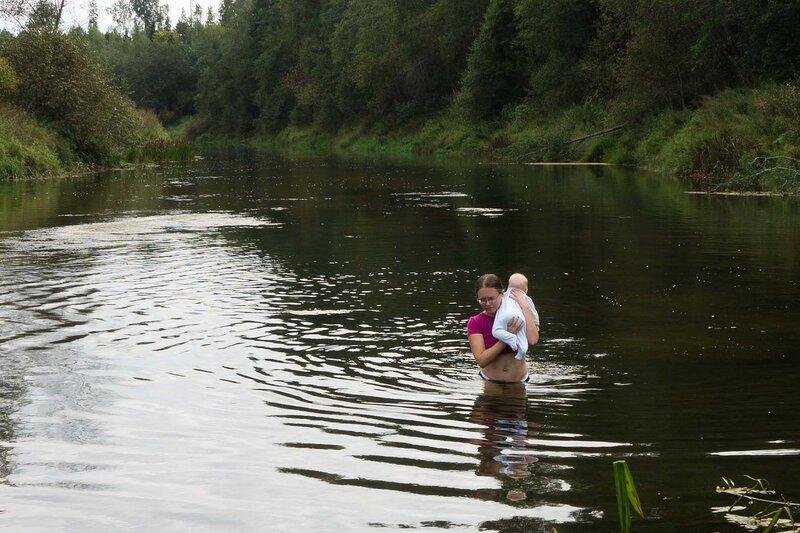 переправа через реку Оредеж с младенцем