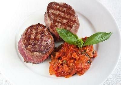 Филе миньон и томатный соус с базиликом