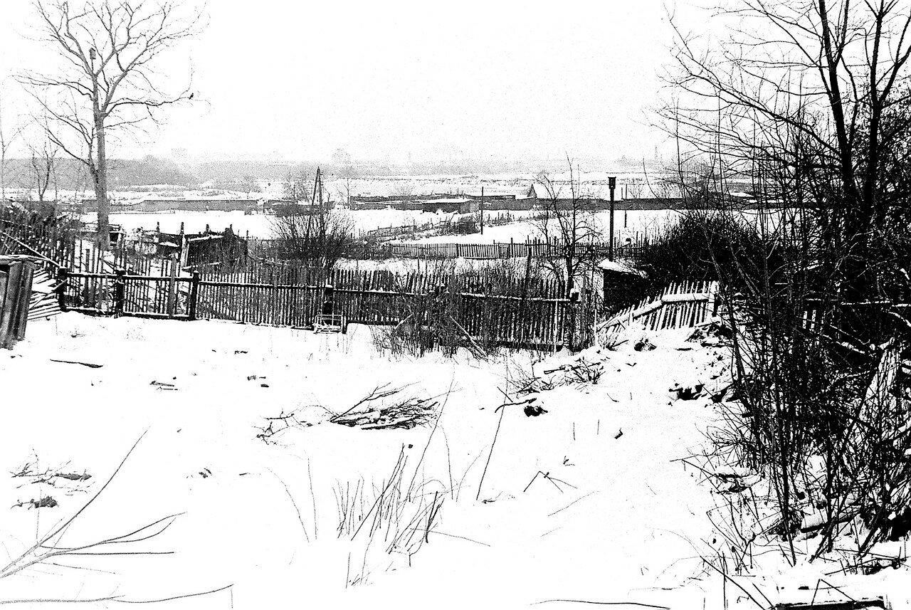 1981. Улица Нижняя, вид на огороды. По центру, если приглядеться, смутно виден собор Иверской Божий Матери Николо-Перервинского монастыря.