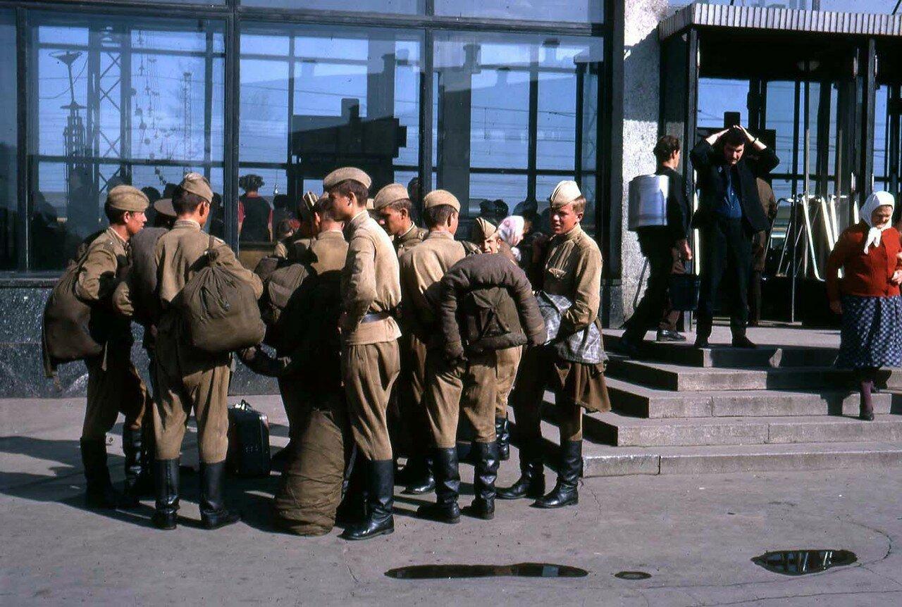 03. Солдаты возле здания вокзала