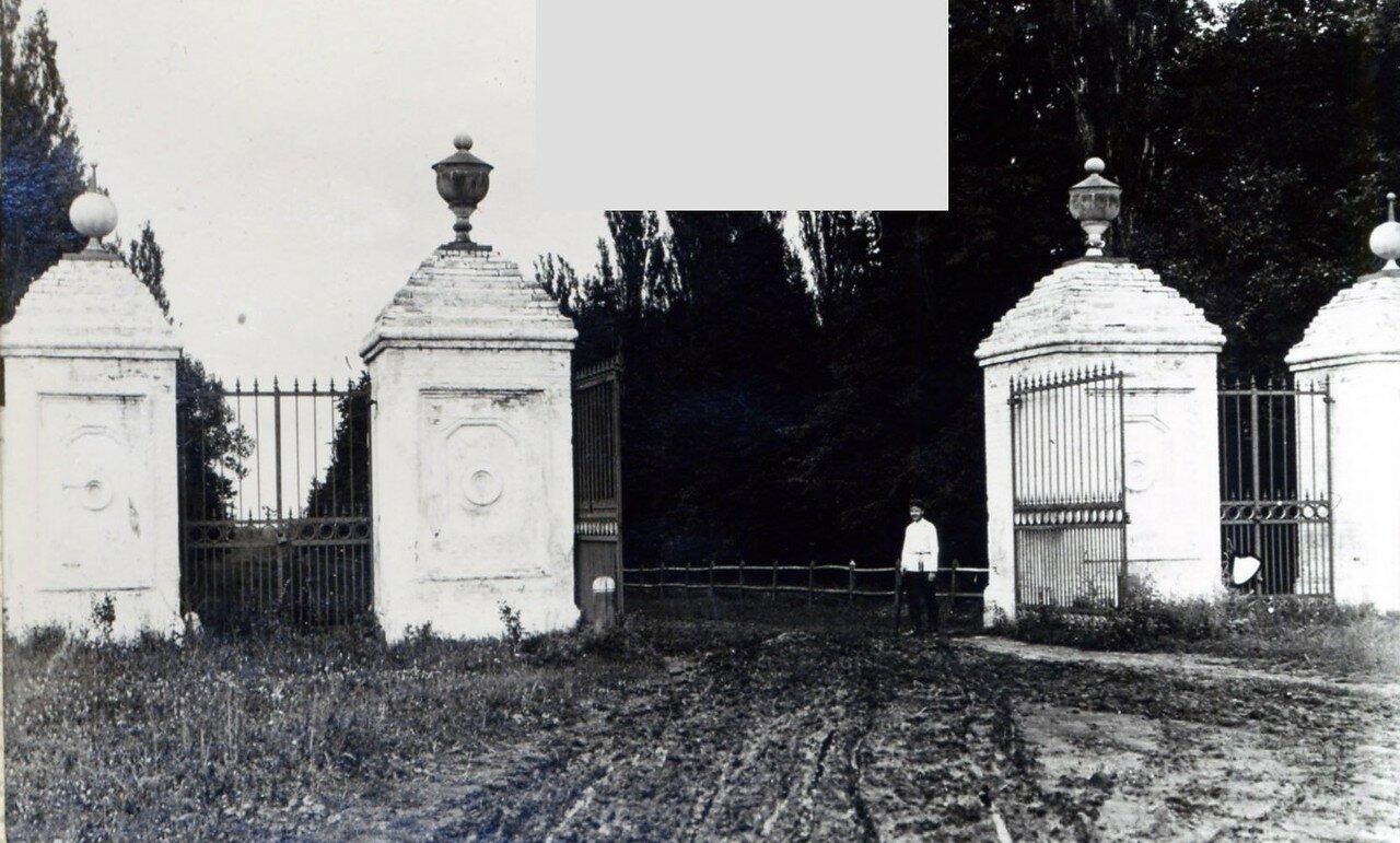 Чесменская дача (Садки-Чесменка). Въездные ворота у беговой плотины