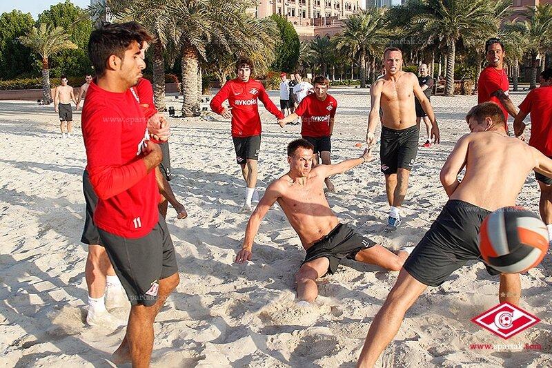 Игровая тренировка «Спартака» с регбийным мячом на песке (Фото)