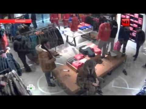 В Москве кавказец избил продавщицу за отказ снять ботинки (видео)