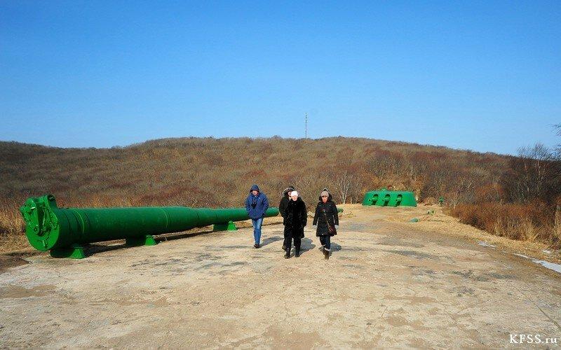 запасные стволы и башня Ворошиловской батареи на острове русском