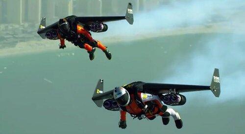 Два пилота на спинокрылах показывают высший пилотаж