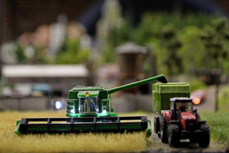 Гранд макет: хлебоуборочный комбайн на поле и трактор с прицепом
