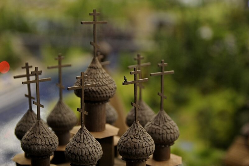 Гранд макет: микроскопическая ворона на кресте на куполах деревянной церкви
