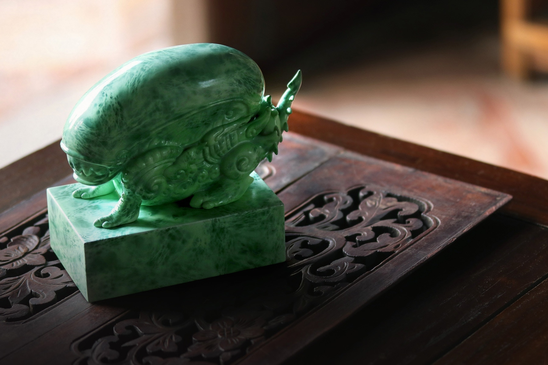 Cool 'Alien vs Predator' Jade-Like Figurines