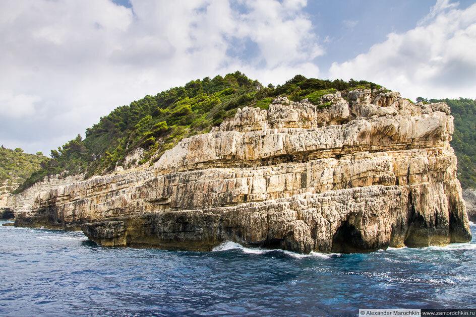 Скалы западного побережья острова Паксос