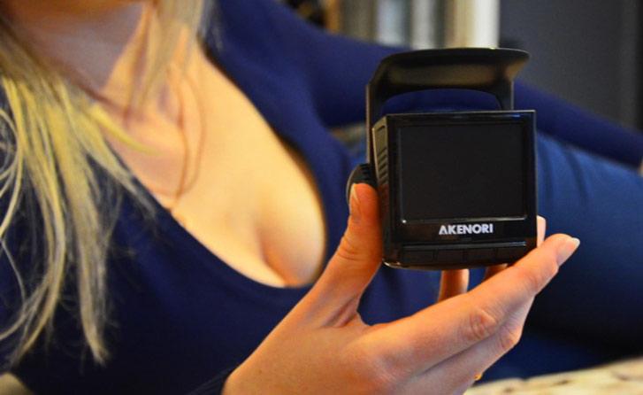 Akenori 1080 X в руках красивой женщины