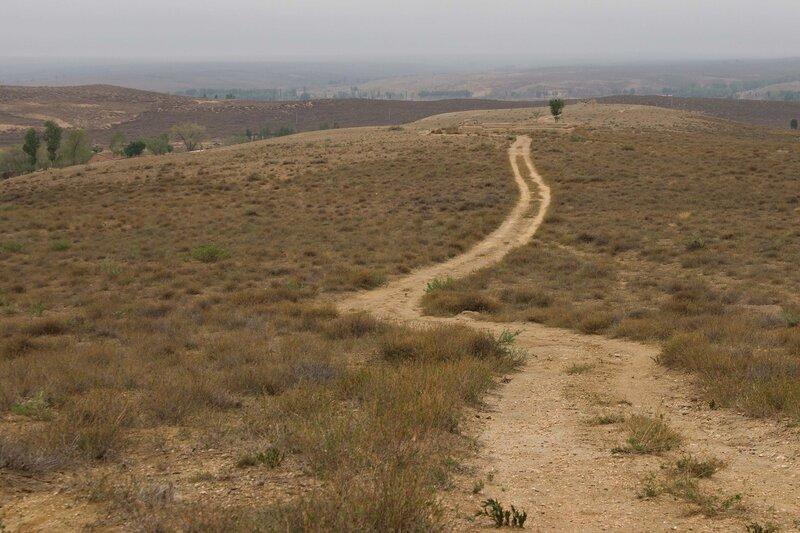 дорога по холмам на плато Ордос, Внутренняя Монголия
