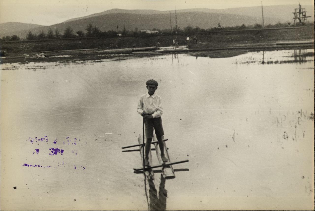 Станция Бира. Мальчик на водяных лыжах на реке Бире.