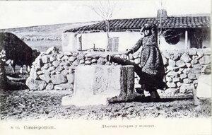 Девочка татарка у колодца