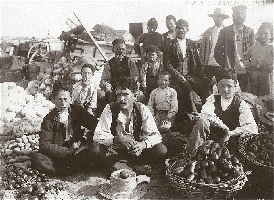Продавцы овощей на базаре. Крымские татары