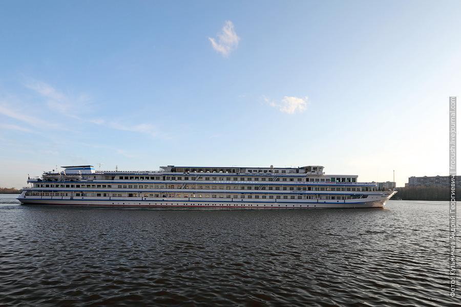 30 апреля 2013 года 19:25. Перестроения теплохода «Николай Карамзин» в акватории Северного речного порта Москвы