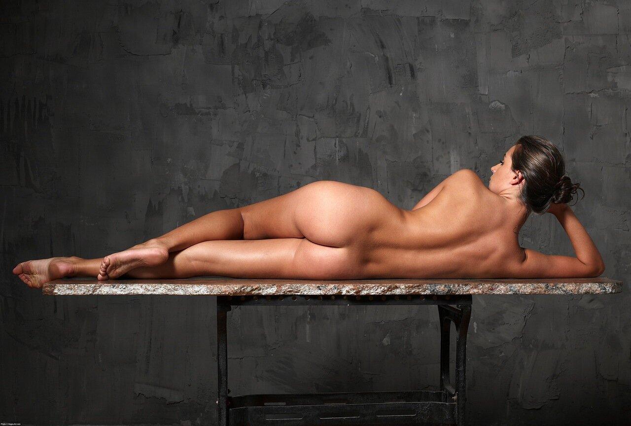 картинки как красивая девушка и позирует голым телом