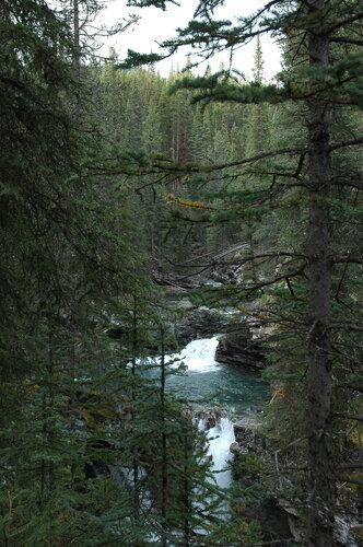 Таёжная река с водопадом в Скалистых горах Канады.