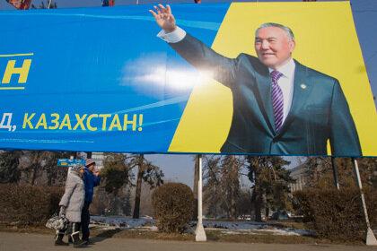 Житель Казахстана заклеил Назарбаевские цитаты предложением руки и сердца