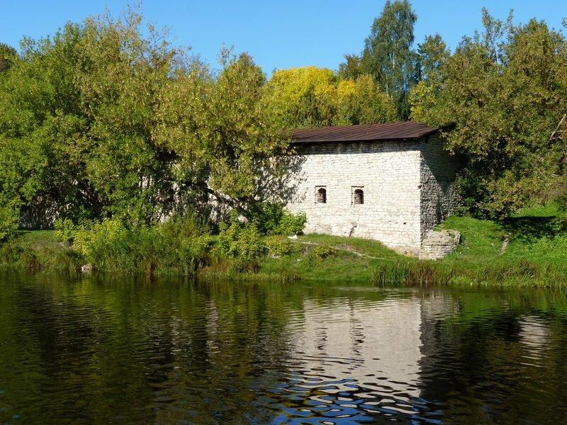 Здание кожевенного завода 17 века у подножия Гремячей горы в Пскове