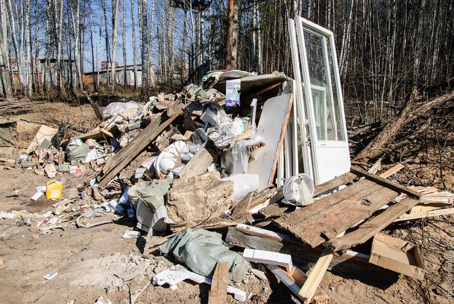 строительный мусор около нового коттеджа
