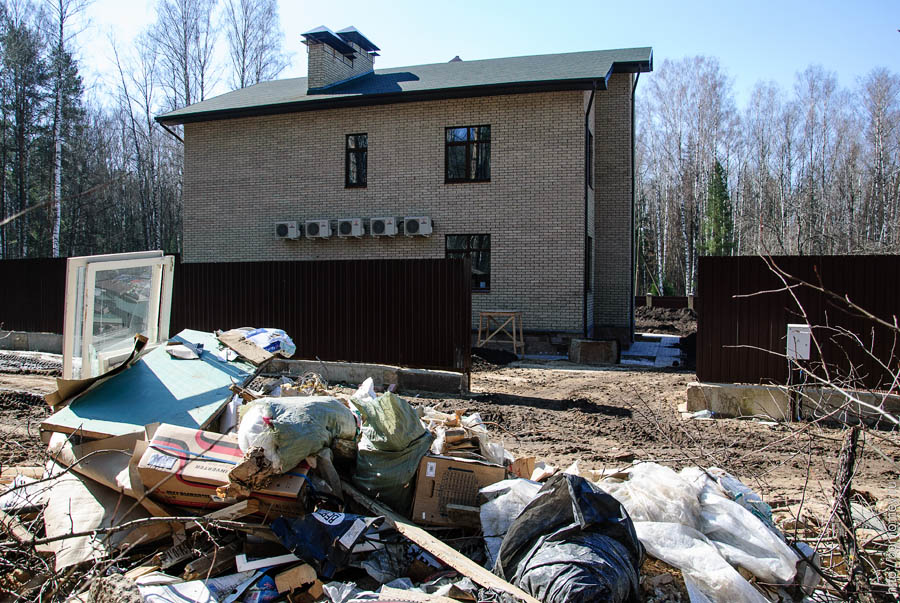 мусор на фоне нового коттеджа