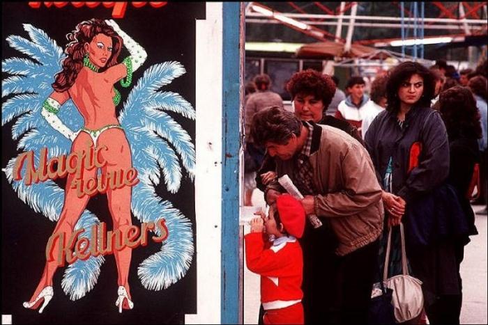Очередь за билетами на представление, 1988 год. Фотограф Бруно Барби (Bruno Barbey).  29. Жители ка
