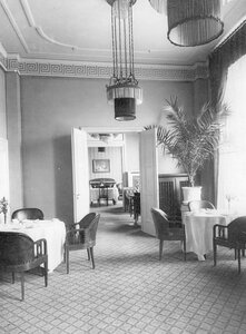Столы, сервированные для чая в ресторане гостиницы.