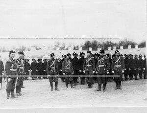 Группа офицеров 6-ой лейб-гвардии Донской его величества батареи на плацу перед началом парада.