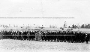 Священник обходит войска перед началом парада.