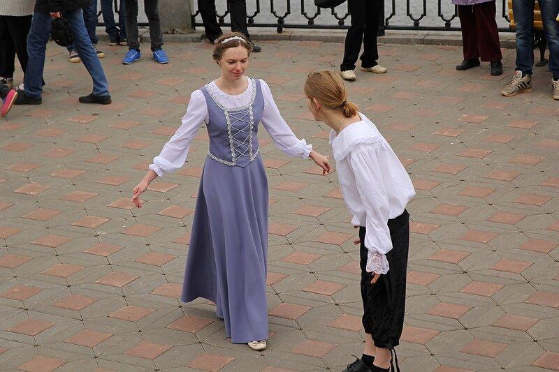 Средневековые костюмы и мастер-класс по бранлю от клуба исторического танца