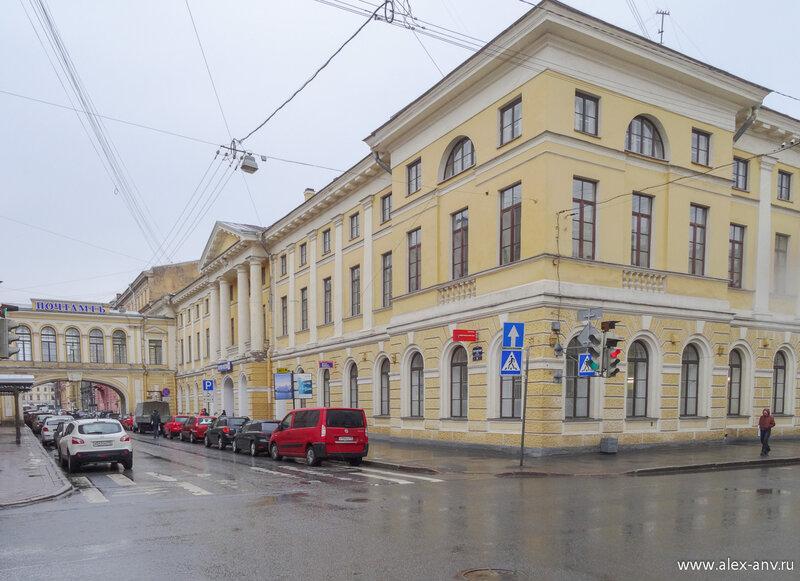 Чуть дальше за Исаакиевским собором расположен центр Санкт-Петербурга - Здание Главного Почтового Управления.