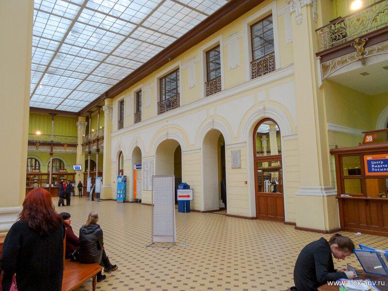 Операционный зал Почтамта оформлен в потрясающем старинном стиле.