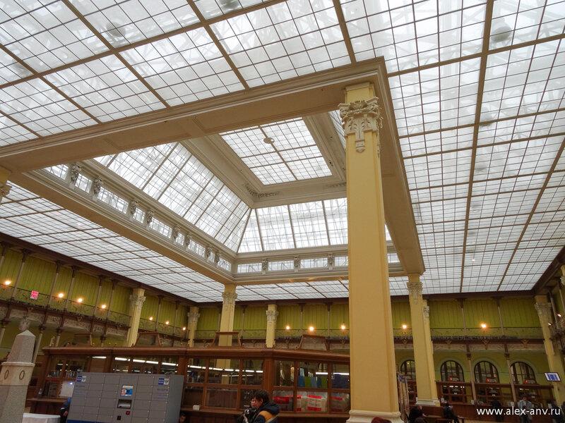 Потолок в зале также потрясает воображение и захватывает дух. К сожалению из-за погодных условий на крышу здания нас не пустили, но пообещали восполнить этот пробел в ближайшем будущем.