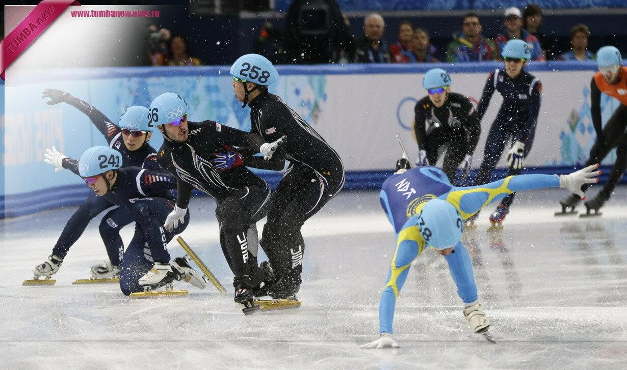 Россия. 13 февраля. Столкновение спортсменов во время эстафеты на 5 000 м (шорт-трек среди мужчин). (AP Photo/David Goldman)