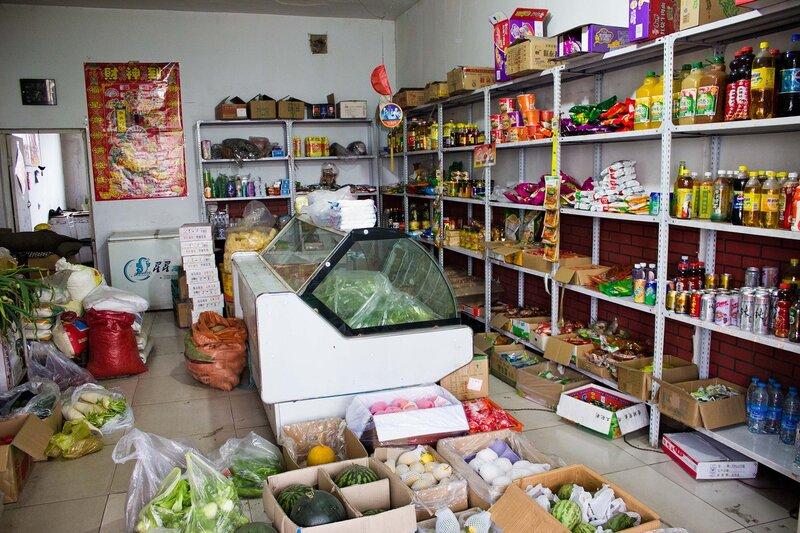китайский магазин у дороги на плато Ордос, Внутренняя Монголия