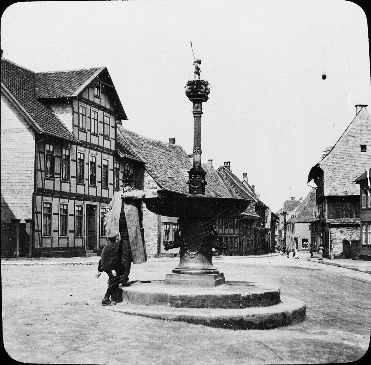 Гослар. Человек у фонтана, вероятно, профессор Павел Клемен. 1907