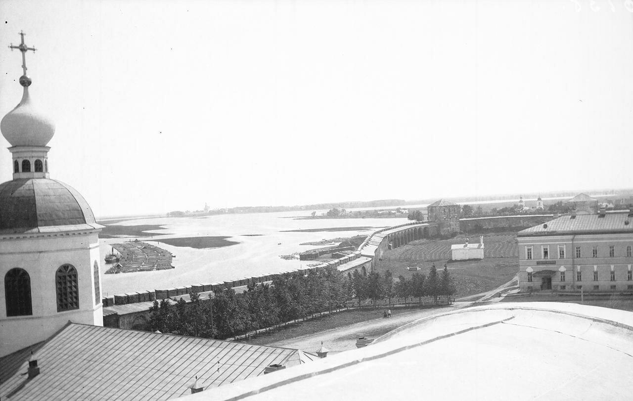 Вид с крыши Софийского собора в сторону Юрьева монастыря