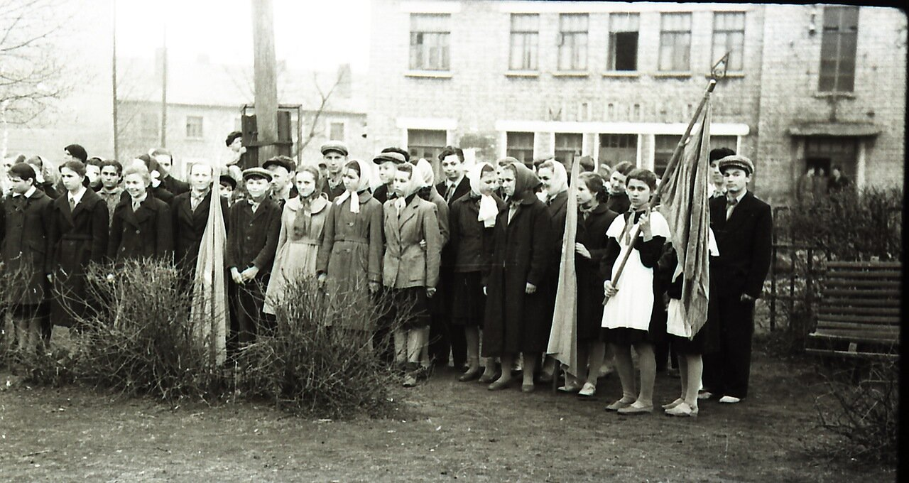 1950. Торжественная линейка в поселковом сквере