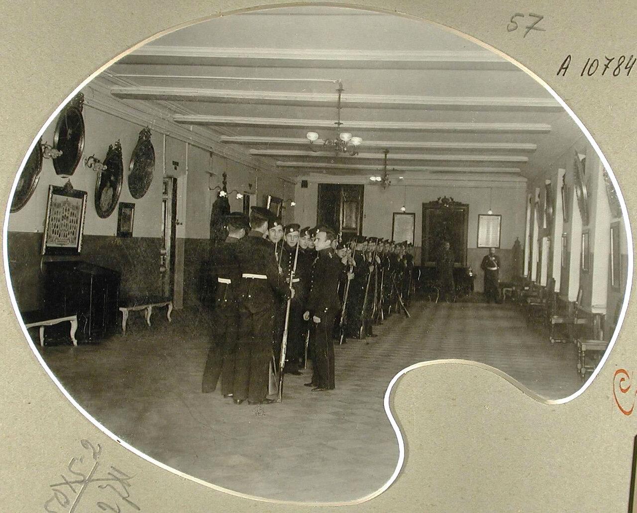 57. Воспитанники в зале перед началом строевых занятий