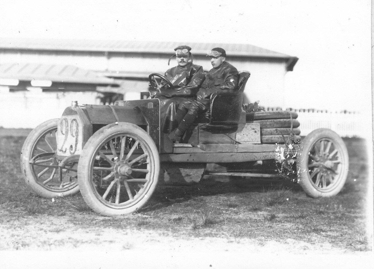 Участники пробега Слубский и Фонин (за рулем) в автомобиле № 29 Фиат, занявшие третье место.