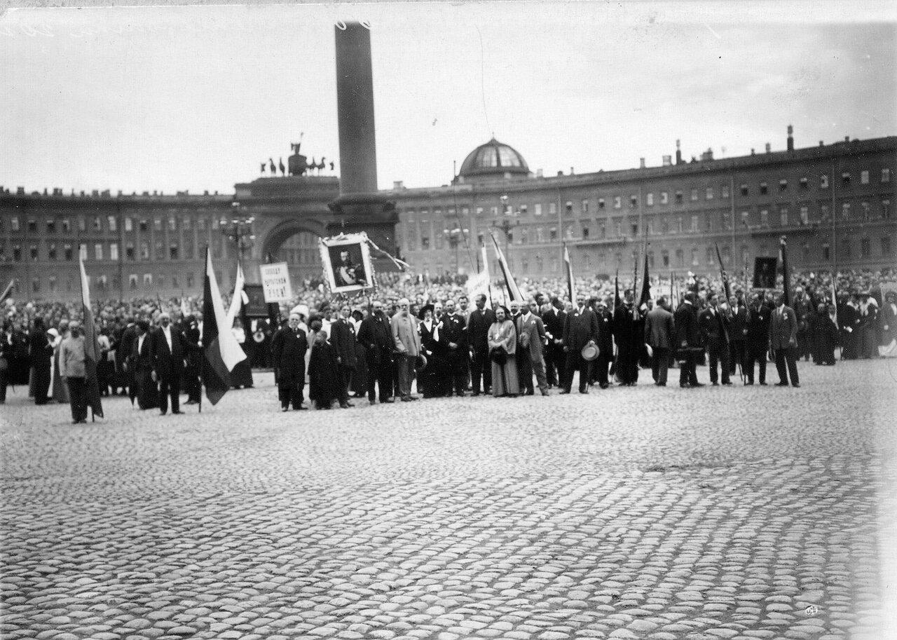 11. Дворцовая площадь, заполненная народом, во время чтения манифеста об объявлении войны